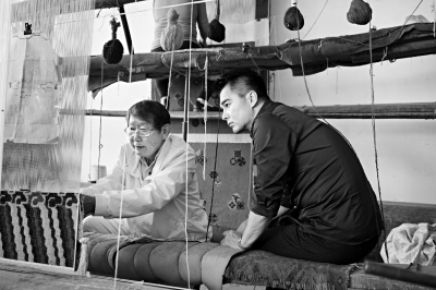 《百心百匠》中,许亚军虚心学习宫毯制作