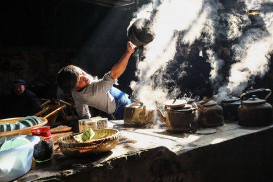 这是2019年3月20日拍摄的服务员在四川成都彭镇老茶馆表演沏茶